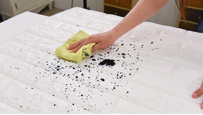 vết bẩn trên xốp dán tường trước khi lau